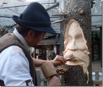 Un artista a lavoro al mercatino di Natale di Trento