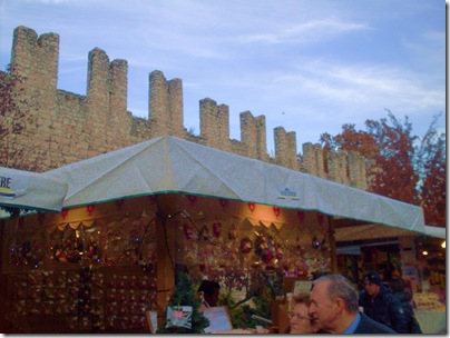le mura iluminate ai mercatini di Natale di trento