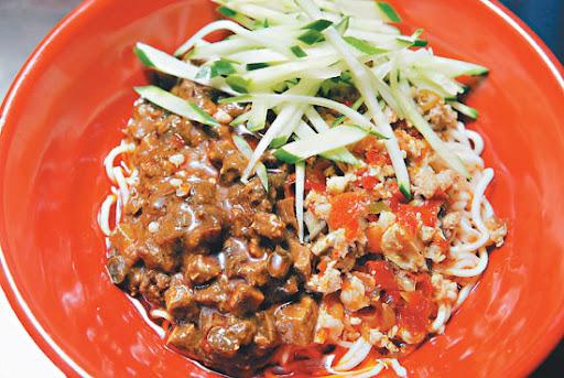 捷運美食-川巴子的招牌麵,酢醬與魚香紹子麵的巧妙結合,吃的到紹子麵濃濃的辣豆瓣香,以及酢醬的鹹鮮,重口味吃來過癮。