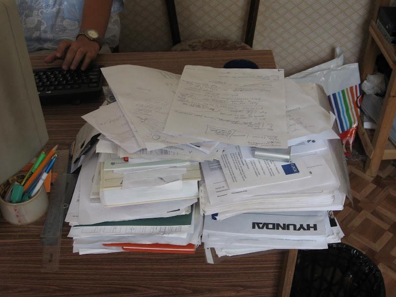 Стопка бумаг на столе