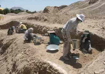Archaeologists excavating the Tappeh Ashraf site in the east of Esfahan, near the bank of the Zayandeh-Rud river.