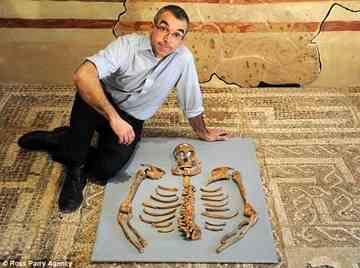 L'analyse d'un squelette à York Article-1337555-0C6E0631000005DC-278_634x473_thumb%5B3%5D