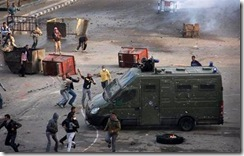 jovenes egipcios luchan