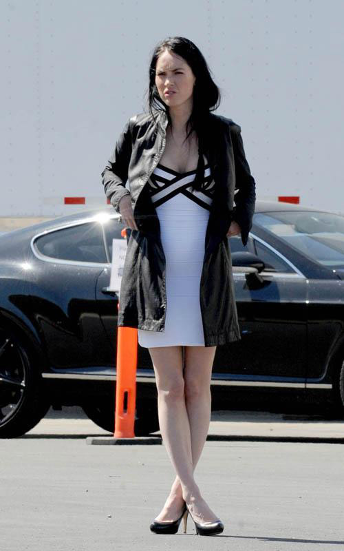 megan-fox-spotted-on-set-of-transformers-3-photos-pictures