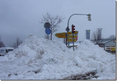 Die 'Famila' Kreuzung in Heiligenhafen mit Schneehaufen, H. Brune