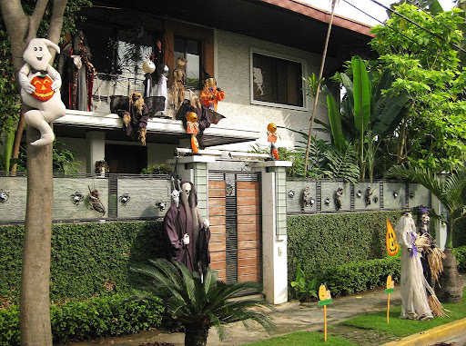 house in Magallanes Village decorated for Halloween