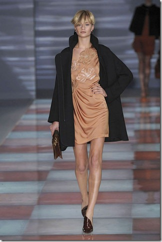 elleEmporio-Armani-FALL-RTW-2010-PODIUM-036_runway