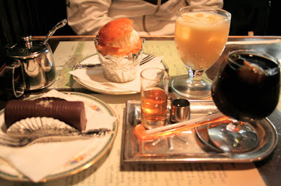 以前より行ってみたかったアンヂェラスに。手前が梅ダッチコーヒー。その後、中華。来週、健康診断(笑)。
