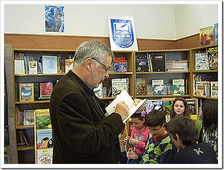 O escritor Xabier P. Docampo na biblioteca