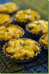 Tortinhas douradas de cebola, azeite e queijo de cabra b