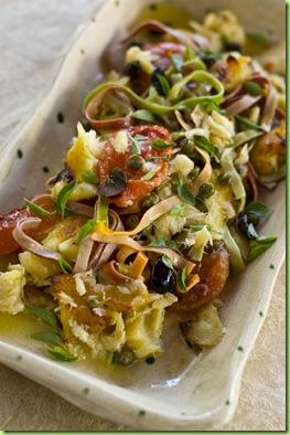 Tagliatelle com molho rústico de bacalhau, tomate, alcaparra e azeitona b