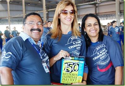 Everaldo Araújo, diretor administrativo, Vera Naves, diretora financeira e Elaine Ribeiro, gerente de RH da RTE Rodonaves, comemorando estar entre as 150 melhores empresas para trabalhar