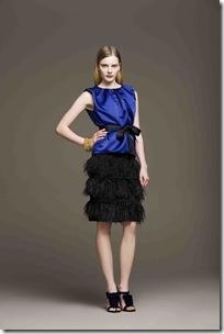 Blusa seda azul com fita_R$1.320 e saia de plumas preta_R$1.320