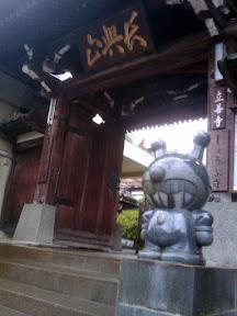 お寺の前にバイキンマン