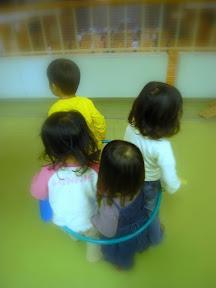 2階で遊ぶ子供たち