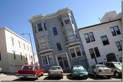 05 - Lekker steile straten om je auto op te parkeren... of scheve huizen om in te wonen