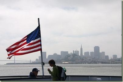 06 - Op weg naar Alcatraz, de Amerikaanse vlag fier in de wind