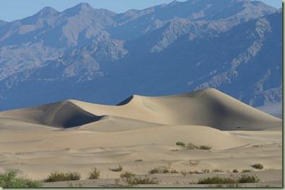 16 - De zandduinen van Death Valley. De rest van het park was gesloten omdat de weg was weggespoeld!!
