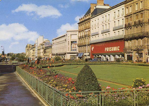Cartes Postales Pop et  Kitsch des années 50, 70 et 70 - Douceur de vivre : RENNES (Ille-et-Vilaine) Place de la République Les Jardins sur la Vilaine