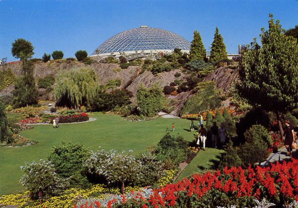 Cartes Postales Pop et  Kitsch des années 50, 70 et 70 - Pop and kitsch vintage postcards from the fifties, the sixties and the seventies : BLOEDEL CONSERVATORY Queen Elisabeth Park, Vancouver, B.C., Canada. This triodetic dome structure is unique in providing three separate climatic zones under one roof - tropical - desert - and rain forest. Featuring plant material and seasonal displays from around the world.