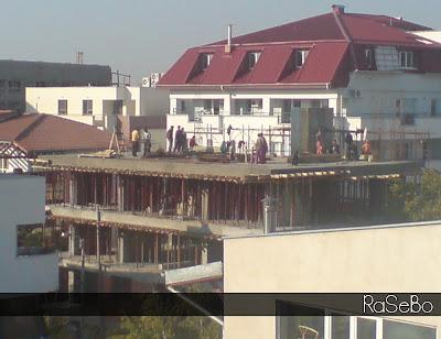 muncitori pe acoperiș