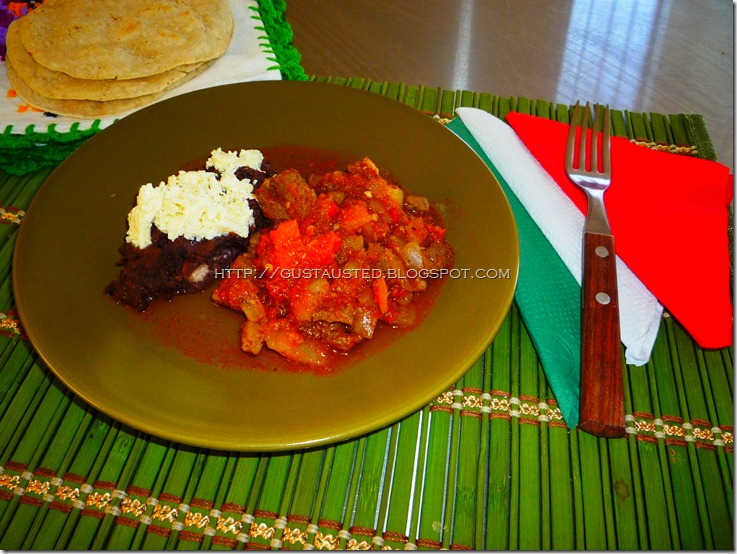 BISTEC RANCHERO, frijoles refritos con queso fresco, tortillas