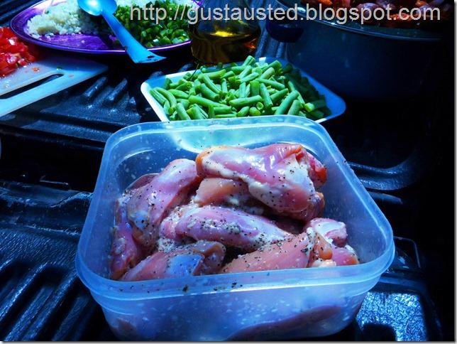 Muslos de pollo adobados con mojo de ajo, sal y pimienta. Ejotes blanqueados