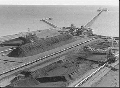 Tumpukan bijih besi di pelabuhan