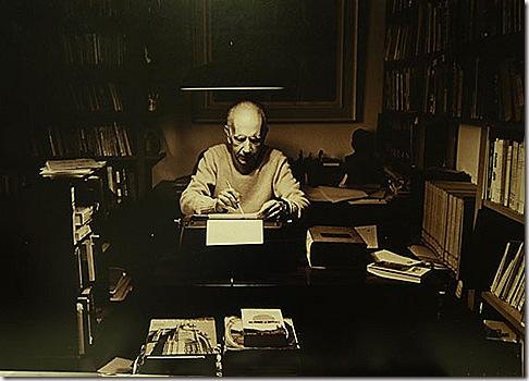 O escritor em momentos de criação, em seu escritório. Foto: Leonid Streliaev
