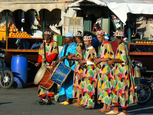 Imagini Maroc: Jema el-Fnaa Marrakech - dansatori.JPG