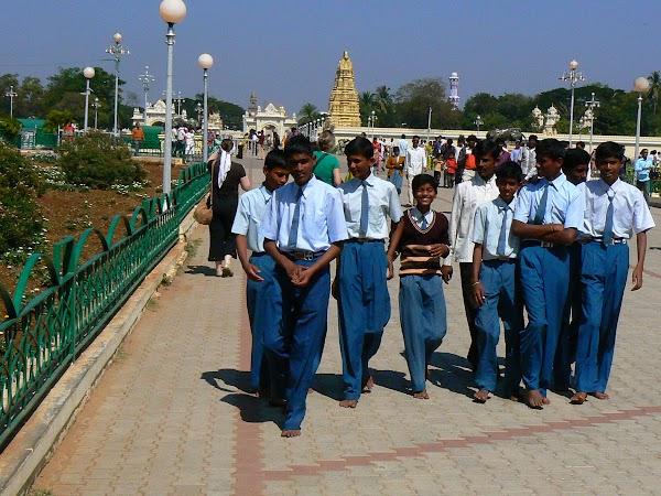 Imagini India: cu clasa in excursie la palatul Mysore