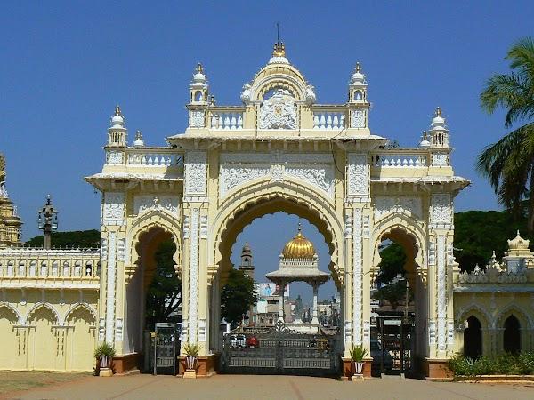 Obiective turistice India: palatul Mysore, poarta dinspre oras.JPG
