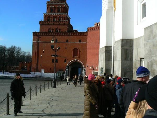 Obiective turistice Rusia: la coada la Armoury, Moscova