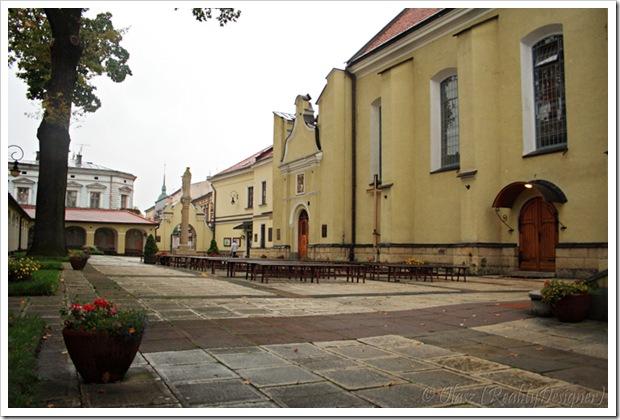 Nowy Sącz, Kościół pw. św. Ducha i klasztor oo. jezuitów, dziedziniec