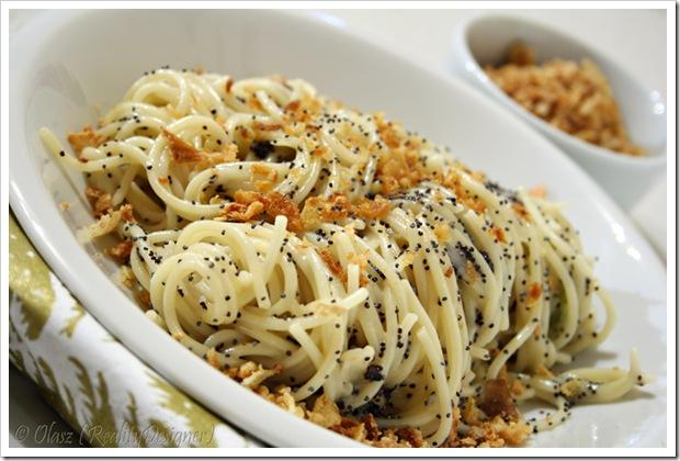 Spaghetti z sosem cebulowym i makiem