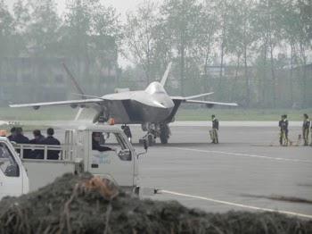 中国歼-20隐形战机第二次试飞 外媒关注