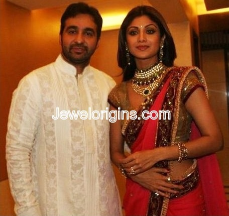 [Shilpa_Shetty_Gold_Jewellery[4].jpg]