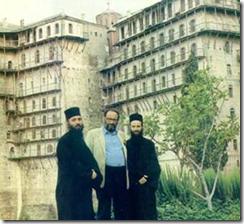 Ο Ουμπέρτο Έκο στο Άγιον Όρος. Είναι ο άνθρωπος που έγραψε το έργο «Το Όνομα του Ρόδου». Αλήθεια, τι γνώριζε αφού μιλούσε για μοναστήρια που καιγόντουσαν και καλόγερους που έτρωγαν κυριολεκτικά χειρόγραφα για να τα διασώσουν;