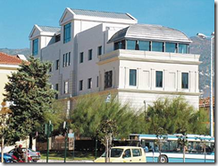 Η Κεντρική Βιβλιοθήκη στεγάζεται σε πενταώροφο κτίριο, συνολικού εμβαδού 4.500 τ.μ., που βρίσκεται στο κέντρο του Βόλου και στο οποίο, εκτός της συλλογής, υπάρχουν περισσότερες από 150 θέσεις ανάγνωσης, ειδικές αίθουσες ατομικής και ομαδικής μελέτης