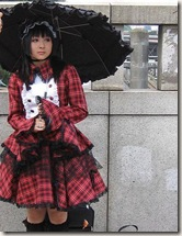 YUME:Uma garota vestida de gothic lolita