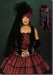 Usam vestidos com toques de vermelho e preto, roxo e preto em estampas quadriculadas, mas não cores chamativas e sim meio opacas.
