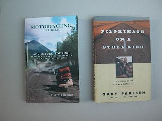 """שני ספרים המספרים סיפורי מסע על אופנועים בארה""""ב. זה מימין בעל אקצנט טיפה פילוסופי אבל מאד אנושי. זה משמאל, מספר סיפור של רוכב אובססיבי לטיולי רכיבה, שעובר מסלולים מרתקים ומספר סיפור חיים בעצם."""
