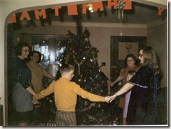 1971 12 24 Fern, Elin, Bruce, Annalee, Lyn, Oline dancing around tree