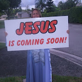 Plantada na avenida evangelizando transeuntes.jpg