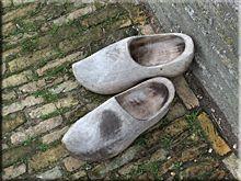 Zuecos, el protege calzado en las zonas rurales