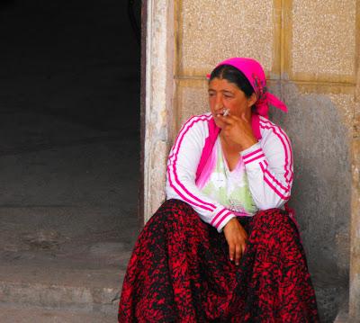 asteptare in gara - tigara - femeia rroma