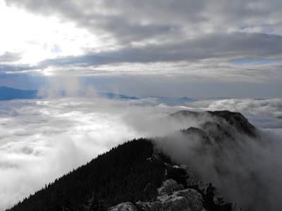 Piatra Craiului. Creasta Sudica. Mare de nori