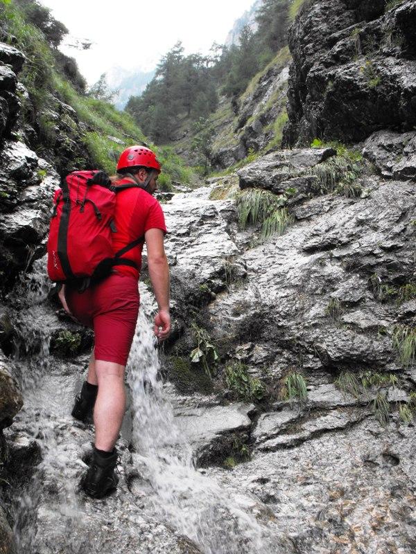 Bucegi - Urcand pe Valea Seaca dintre Clai