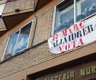 Barcelona. Països. REPORTAGE de VALLVIDRERA. Arrel que hi ha uns veïns que plantegen la desconnecció de Vallvidrera de Barcelona, diferents carrers i places del barri i enquesta a la gent del carrer.