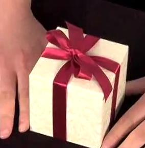 como hacer un bonito lazo en paquete de regalo